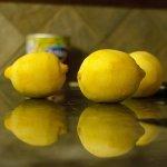 cytryny na blacie stołu