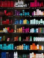 Półka z kosmetykami do włosów